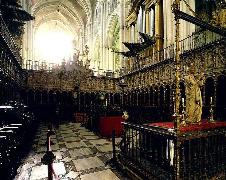 ALONSO BERRUGUETE: Sillería del coro de la Catedral de Toledo. Rematando el conjunto aparece la escena de La Transfiguración.