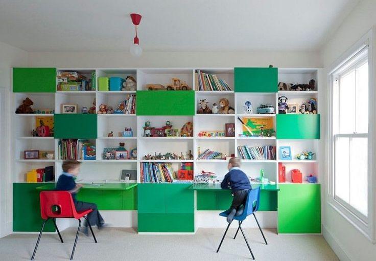 couleur chambre enfant étagères de rangement en vert et blanc