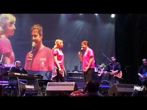 ROMA Ha scelto il palco e la presenza dei suoi fan per chiedere la mano della sua storica fidanzata: il cantante Paolo