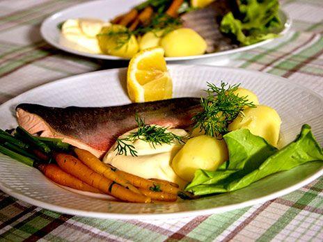 Röding som kokats i lag serveras med skarpsås och dillpotatis.
