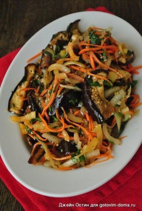 Баклажаны по-корейски=3 среднихбаклажана 2 сладких перца 1 большая луковица 1 крупная морковь 3 зубчика чеснока пучок петрушки 2 ст.л. кунжута Соус: 2 ст.л. растительного масла 2 ст.л. уксуса 2 ст.л. соевого соуса 1 ст.л. меда 1 ч.л. кориандра 0,5 ч.л. красного молотого перца 0,5 ч.л. черного перца Баклажаны нарезать не большими полосками длиной 4-6 см. Выложить на противень, немного посолить, сбрызнуть растительным маслом. Запечь в духовке до готовности при 200 градусах