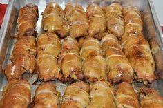 8 bifes de filé de peito de frango - 1 Colher de (sopa) de alho amassado - 1 colher de (chá) de vinagre - 2 colher de (sopa) de azeite - 3 colher de (sopa) de óleo - 1 xícara de (chá) de molho de tomate pronto - 1 cebola ralada - 8 fatias de queijo mussarela - 8 fatias de bacon - 8 fatias de presunto - Sal e orégano a gosto