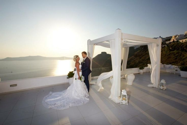 Perfect santorini setting bride and groom