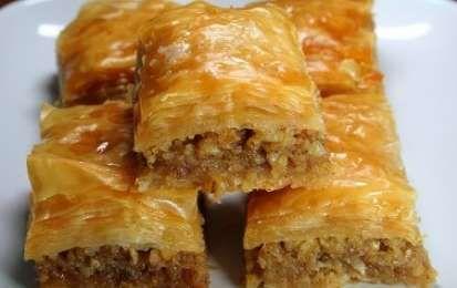 Baklava turca - Vi proponiamo la baklava un dolce turco buono ma non leggero. Mentre è decisamente dolce, la sua origine potrebbe essere discussa, visto che si ritrova in molti paesi vicini, dalla Grecia ai paesi arabi.