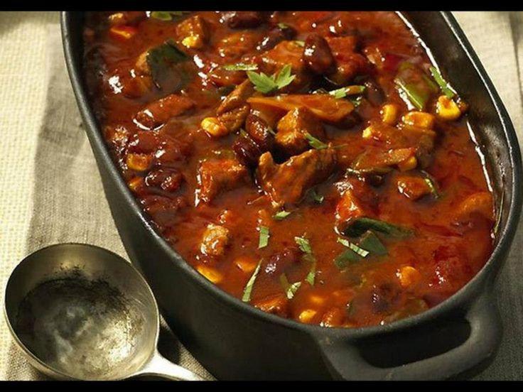 1.Fazole a kukuřici scedit, cibulky na hrubo, maso na kostičky. 2.Opéct maso, zalít vývarem, do trouby péct 180°C 30min. 3.Přidat rajčata, fazole, kukuřici, cibulku, chilli om., péct 40min. přikryté. 4.Maso odkrýt, přidat jíšku, dosolit, přidat petrželku, péct 20min.