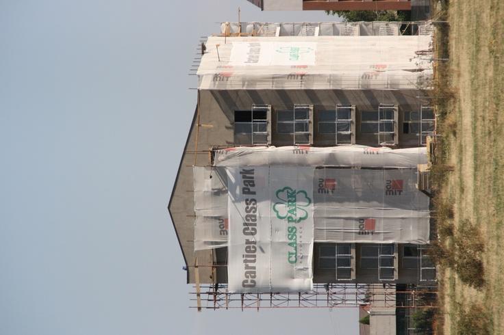 Vremea buna tine cu noi asa ca lucrarile de fatada s-au facut in conditii optime. Termopanele maro sunt montate, iar balustradele partial pt a proteja geamurile.