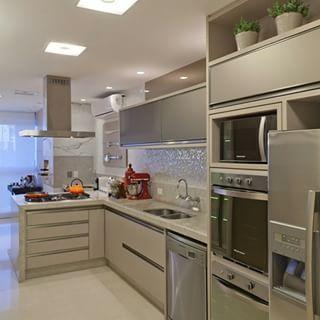 Cozinha na cor Fendi com vidro argentato fumê