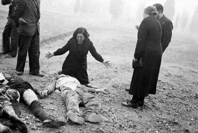 Mujer llorando ante el cadáver de su marido muerto en el cementerio de Lleida tras el bombardeo del 2 noviembre de 1937. Autor: Agustí Centelles.