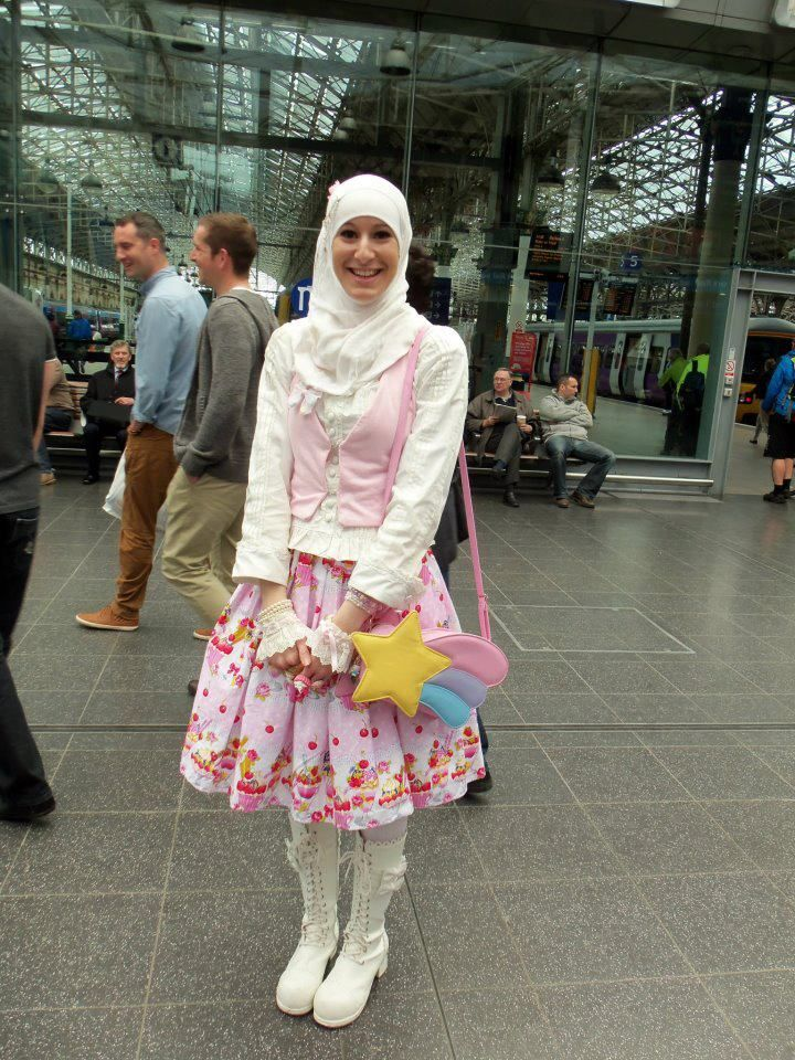see lolita fashion transcends across all boarders. Lolita Unity. OMG - So cool! A Muslim lolita ♥___♥