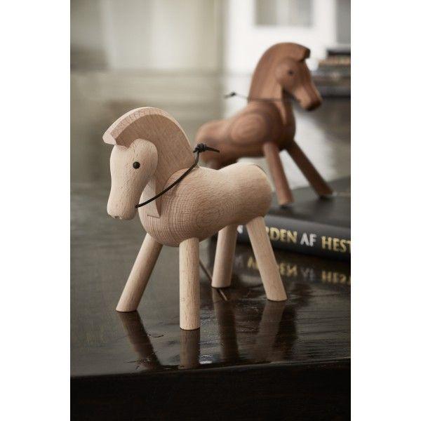 Kay Bojesen Horse speelgoed beuken. Het paard heeft zijn looks mee door zijn trotse houding, luxe manen en donkere ogen. @kaybojesen #speelgoed #houtenspeelgoed #design #Flinders