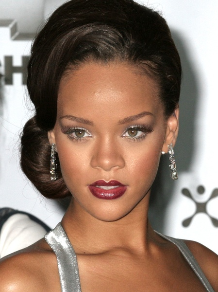 Beautiful formal hair and makeup. Nicely done Rihanna, nicely done.