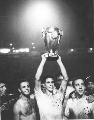 Capitão Piazza ergue a Taça Brasil de 1966 - Arquivo/O Cruzeiro/Estado de Minas