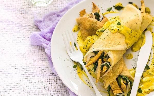 Crepa de pollo y espinacas con salsa de flor de calabaza