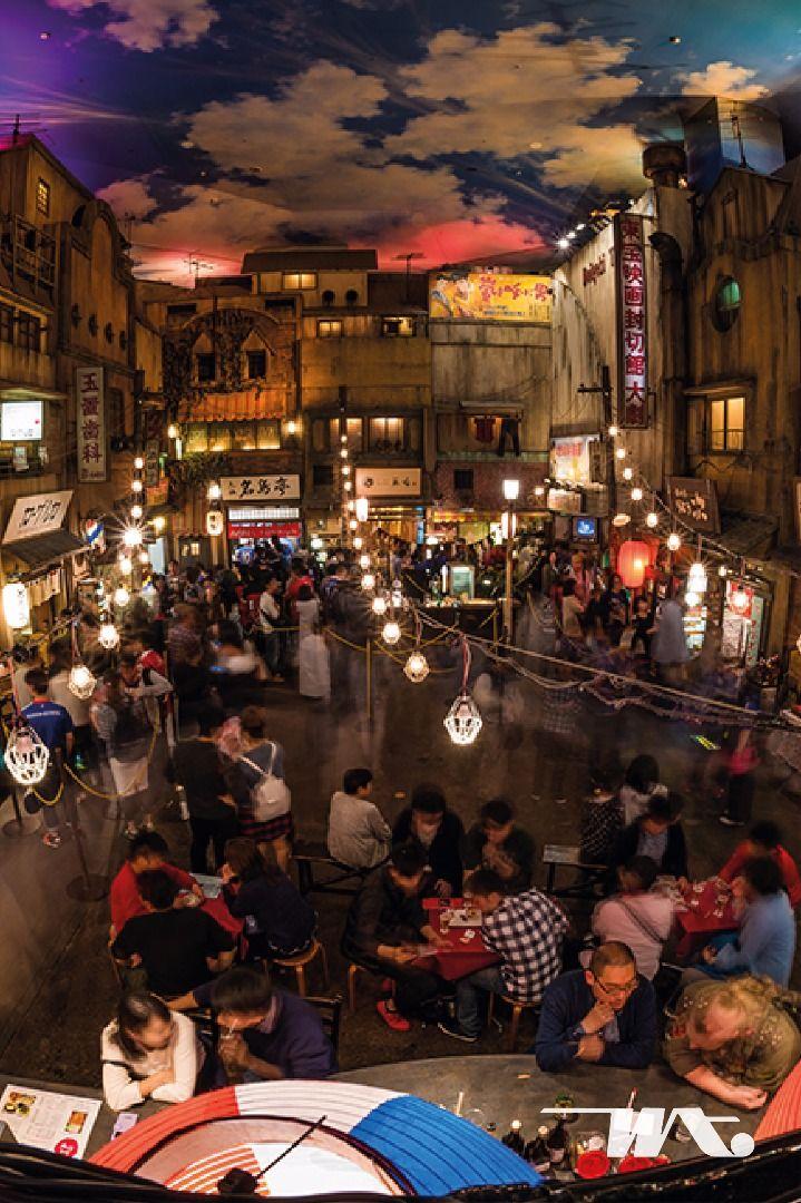 """Makanan khas Jepang yang satu ini, kelezatannya sudah mendunia. Di Jepang bahkan dibangun sebuah museum Ramen untuk para pecinta mie berkuah ini. Uniknya di dalam museum ini Anda bisa menyimak penjelasan dan sejarah pembuatan Ramen, juga mencoba membuat Ramen Anda sendiri sekaligus menyicipi langsung hasil kreasi Anda. Yang paling populer Anda dapat menikmati """"Mini-Ramen"""" dari seluruh dunia di area restoran yang buat ala jaman Showa dengan toko-toko kuno di sekelilingnya."""