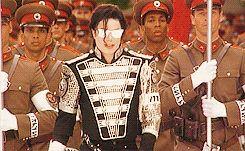 Michael Joseph Jackson, fue un talentoso cantante, bailarín, compositor, actor, productor, empresario, arreglista y filántropo, que logró convertirse en leyenda por revolucionar uno de los géneros musicales más preferidos de todos los tiempos.Hoy, recordarás sus mejores logros con un listado que te ayudará a com