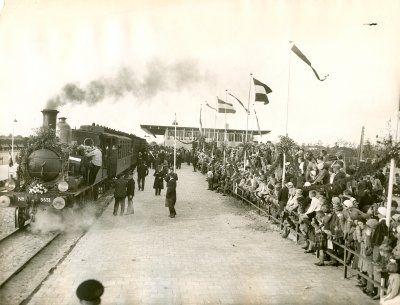 Op 20 september 1839 werd de eerste spoorlijn in Nederland feestelijk geopend. De stoomlocomotief 'De Arend' deed er 25 minuten over om van Amsterdam naar Haarlem te rijden. Veel mensen vonden het maar niets: het ging veel te hard en met veel te veel lawaai. Het is tegenwoordig bijna niet meer voor te stellen wat voor enorme veranderingen de trein teweeg heeft gebracht in de Nederlandse samenleving.