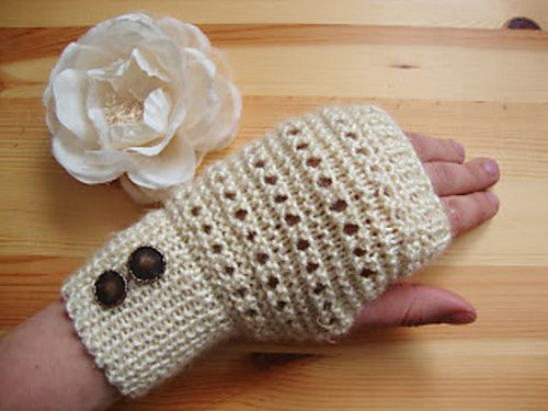 Ravelry: Vanilla Frappe Fingerless Gloves pattern by Eaden Yarns