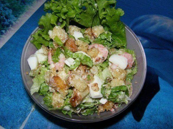 Салат с креветками и сухариками