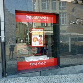 označení prodejny Rossmann