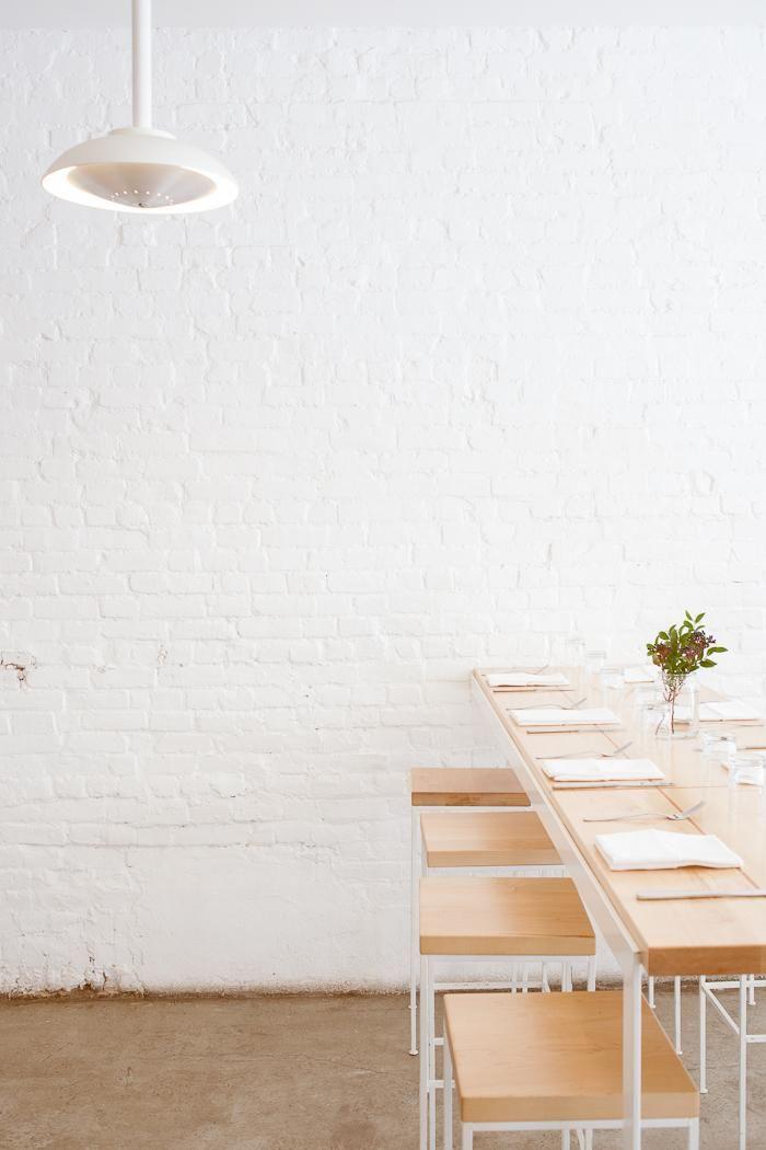 in cucina: tavole di legno e muro di mattoni imbiancati