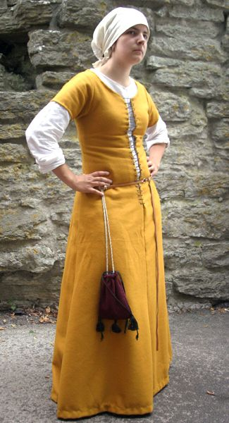 Sofia Jansson's 15th c dress, from Sysidan Have a pattern with the longer lacing like this.