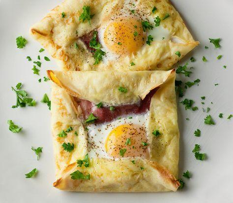 生地をフライパンに流し込み、真ん中に具材を並べます。そこに卵を入れ、塩と胡椒をして焼き、アルミホイルをかぶせておきます。焼けたら、4つ角を折り返し、フライパンから滑らせるようにお皿に移して完成です!