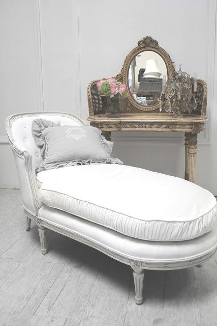 white settee lounger  http://fullbloomcottage.blogspot.com/
