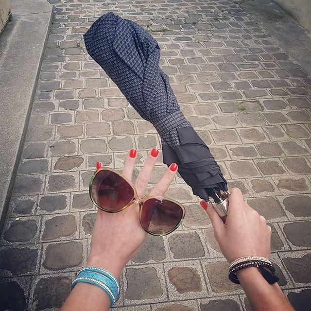 On sait plus quoi choisir ! #crazydiams #pluie #soleil #météonulle #parapluie #lunettesdesoleil #magnetix #bleu #lézard #noir #pompon