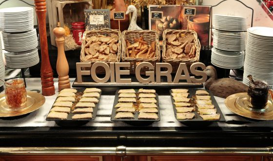 En Les Grands Buffets comparten espacio los turnedó Rossini, las ostras frescas, el micuit de la casa, obras de arte y más de 70 vinos por copas a precio de bodega. Porque otro buffet libre es posible.