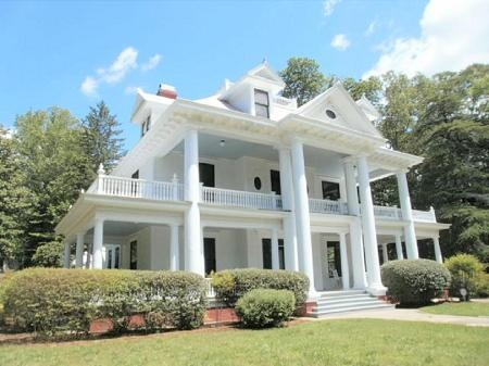 A southern plantation home, perfection! Add one more level and I'd be a happier girl babe!!!