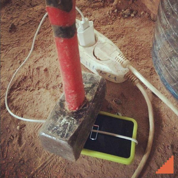 Как зарядить iPhone? #стройка #строитель #сройкавека #юмор #iphone7 #зарядка #нанотехнологии #кувалда