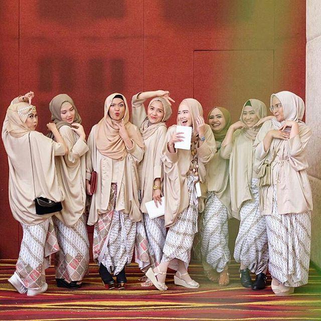 Beautiful sister @yukiramdhani  and her awesome friends. What a fun company!  Oh, and love the colour-coordinated dresses by @shindidaisa.  . . . #sistersforever #muslimbridesmaids #muslimwedding #hijabi #hijabista #hijabstyle #hijabers #hijabfashion #hijabbride #akadnikah #nikah #weddingphotography #weddingdress #weddingphoto #weddingku #bridestory #romantis #damat #gelin #gelindamat #nedime