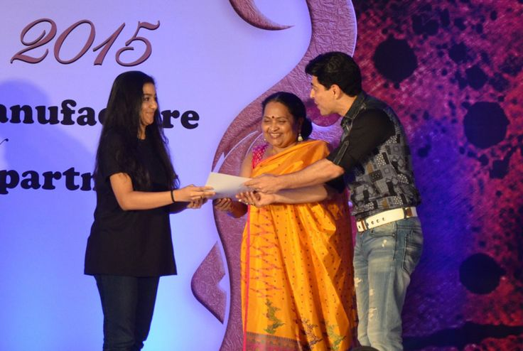 Dillzan Wadia gives away an award at the SNDT -AMD Chrysalis fashion show