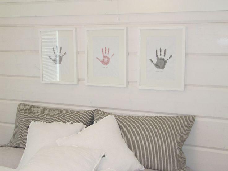Lasten kädenjäljet vierekkäin