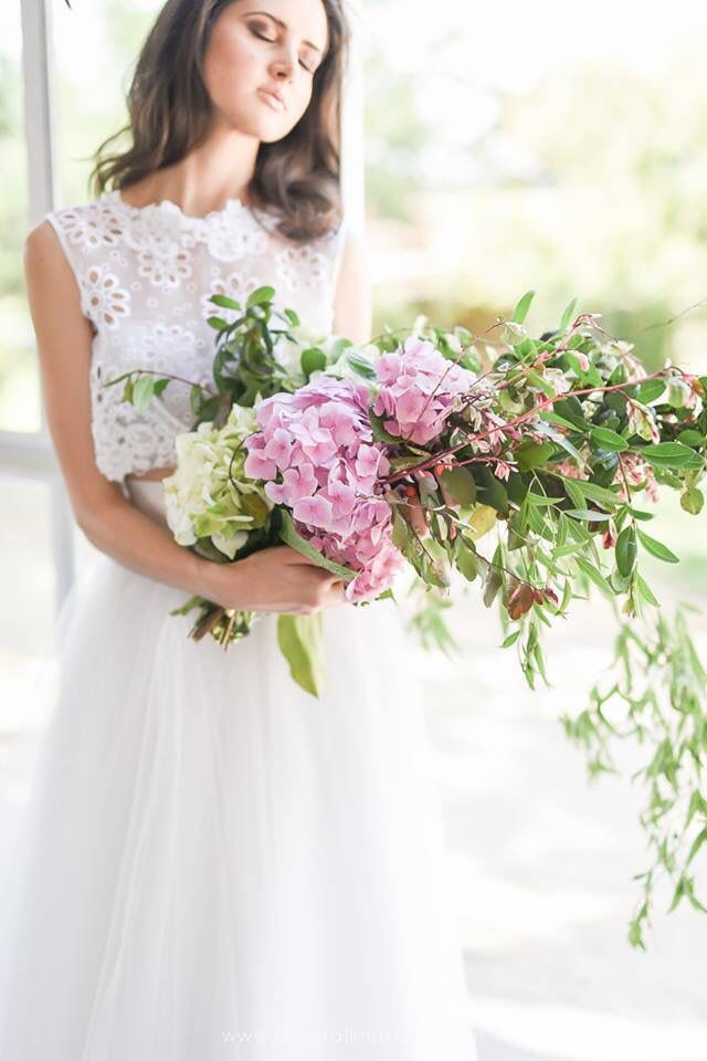 Our #ElaineBlomBRIDE 'Lola' #Dress looks stunning with a dash of #pink added in the #bouquet