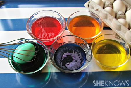 Mess-free egg dyeing