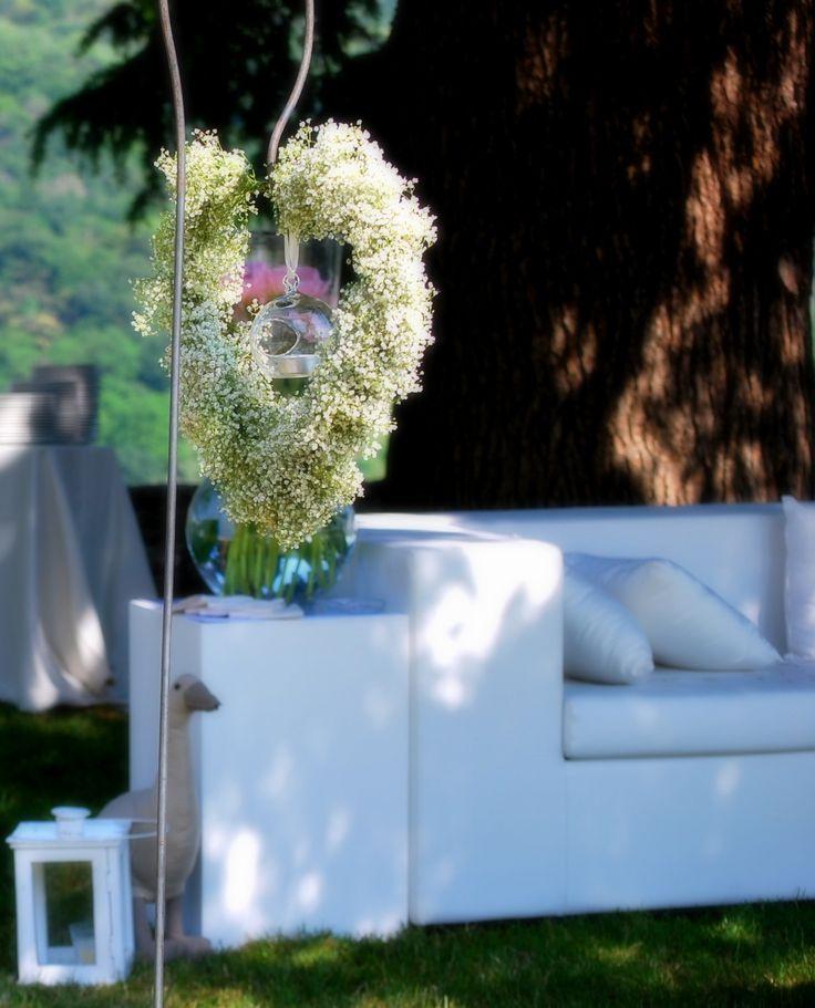 www.castellodegliangeli.com Amare non è prendere un altro per completarsi, bensì offrirsi ad un altro per completarlo. Michel Quoist #amore #cuore #matrimonio #allestimento #velodasposa #gypsophila #fiori #wedding #white