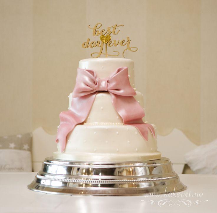 Big bow wedding cake Bryllupskake med stor sløyfe gammelrosa