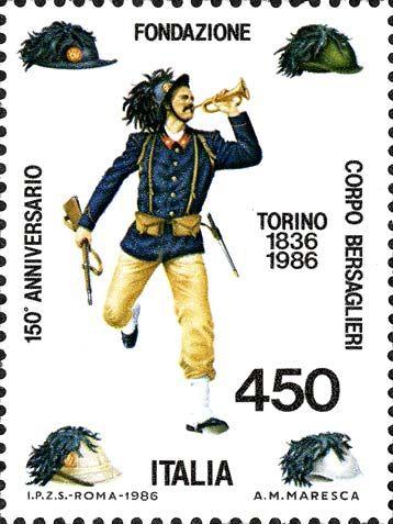 1986 - Le istituzioni: 150° Anniversario della fondazione del Corpo dei Bersaglieri - bersagliere di corsa che suona la tromba e nei quattro angoli altrettanti cappelli ed elmetti usati dai bersaglieri