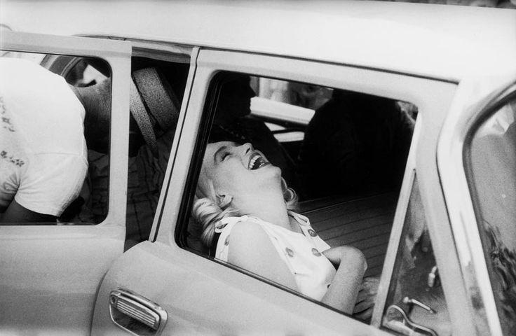por Ernst Haas | Sobre Imagens - Em 1960, a agência Magnum foi incumbida de documentar as filmagens do longa. Com direção de John Huston, o roteiro era de Arthur Miller, casado com Marilyn à época. Durante as gravações, o casal separou-se. O filme contava ainda com as estrelas Clark Gable e Montgomery Clift. Os Desajustados, lançado em 1961, seria o último filme concluído por Marilyn Monroe.
