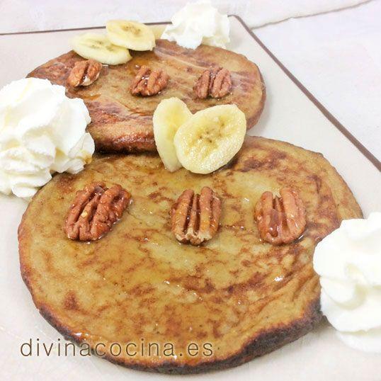 Estas tortitas de plátano se sirven templadas o frías, rociadas con miel caliente (o sirope de arce) y nueces picadas. Puedes decorar con nata montada. También se pueden acompañar de helado de vainilla.