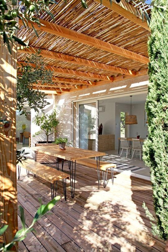 Paillote et cannisses... De multiples ouvertures permettent de profiter pleinement des extérieurs. Entre cannisses et végétation, plusieurs terrasses sont aménagées soit en petit salon d'été, soit en spot farniente avec transats, soit encore, comme ici, en salle à manger d'été. ©  Elodie Rothan
