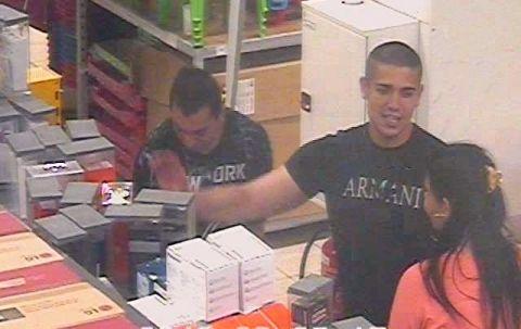 3 telefont is loptak egy debreceni áruházból  Őket keresi a rendőrség