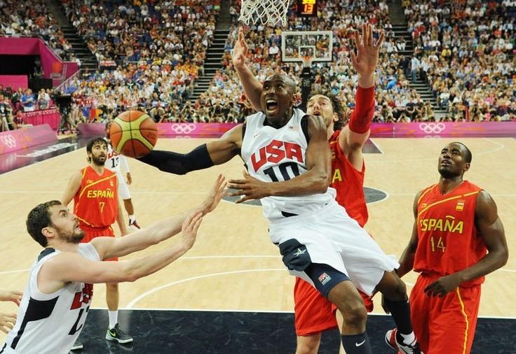 L'Américain Kobe Bryant face à la défense espagnole en finale du tournoi olympique de basketball,le 12 août 2012.Les Etats-Unis sont champions olympique.