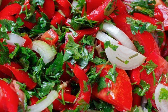 Klasik maydanozlu domates salatası nasıl yapılır? Domates ile hazırlanan salata çeşitleri nedir? Süper lezzetli ,çok kolay salata tarifi için ziyaret
