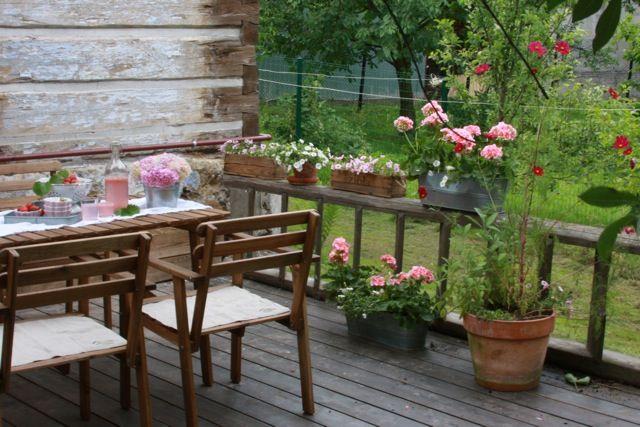 dom przy kwiatowej: Taras, siedzisko i płot... z drabiny;)