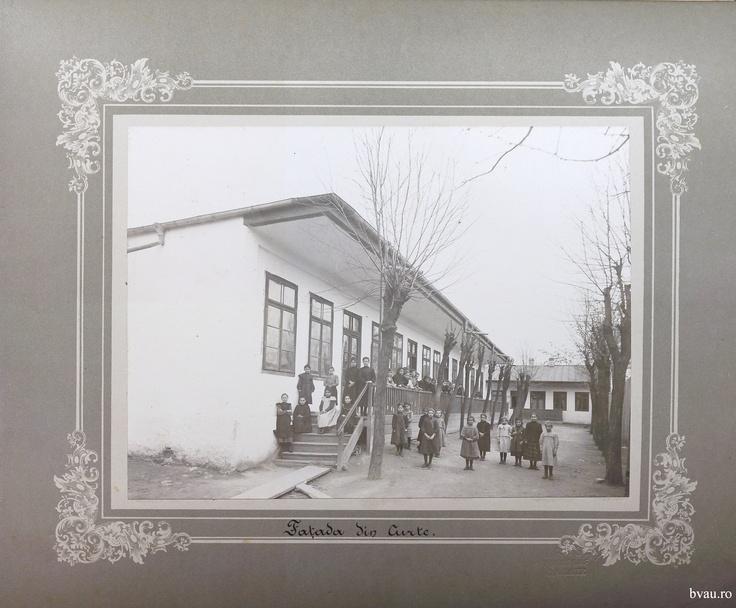 """Şcoala de fete - Faţada din curte, Galati, Romania, anul 1906, http://stone.bvau.ro:8282/greenstone/collect/fotograf/index/assoc/Jdir002.dir/Pag02_Fatada_din_curte.jpg.  Imagine din colecţiile Bibliotecii Judeţene """"V.A. Urechia"""" Galaţi."""