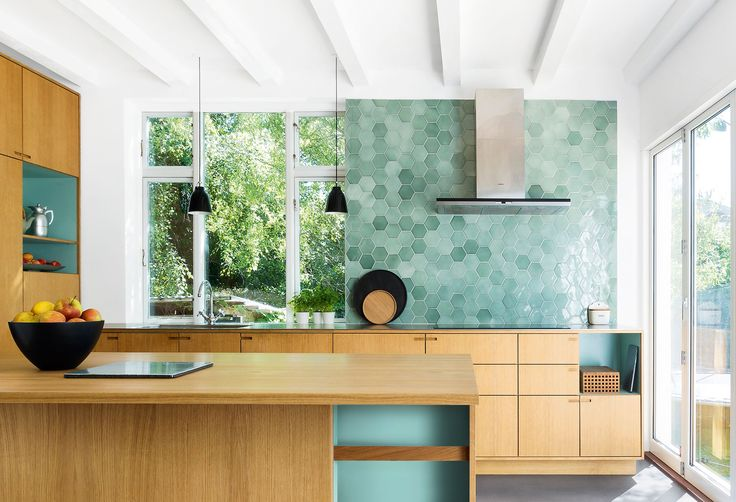 Lidt 70'er med så meget træ, men fint løst med håndtag... Måske man kan tage noget med fra det?  Dahl Studio's custom made tiles are a study of material, color and shape, and the signature tiles PATCHWORK, PARQUET, RHOMBOS, and WINGS draw on geometry as their source of inspiration and specific point of departure. The shapes create a pattern that magnifies into architecture.