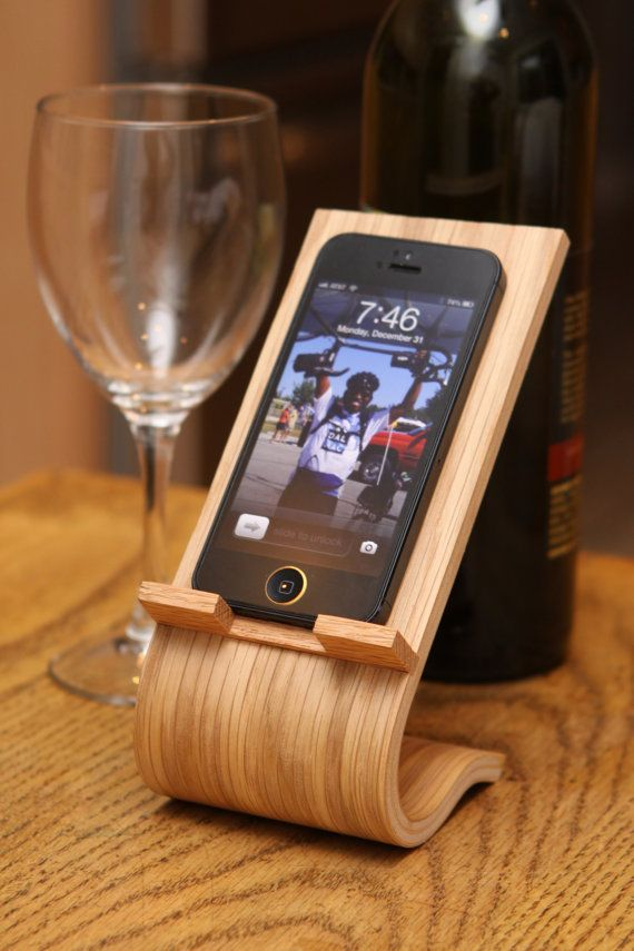 The smartphone desk stand is made from oak veneers and solid oak. The forming process yields the sleek and elegant shape seen in the photos.