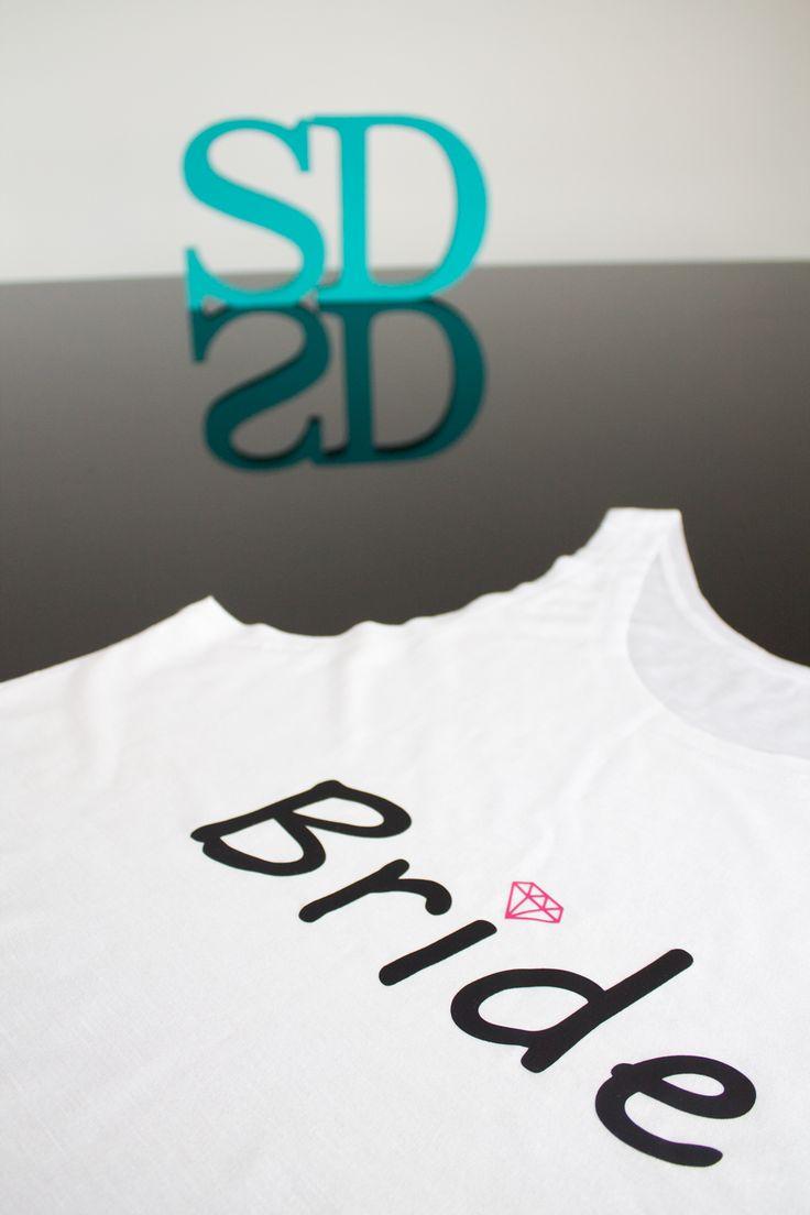 Camisetas e Regatas Personalizadas para sua festa de Team Bride. Você pode escrever qualquer frase na camiseta. Pode-se estampar na frente e nas costas. Modelos exclusivos e matéria prima importada. Ótimo acabamento. Novidade: Aplicação de Strass. Tamanhos P, M, G e GG  Maiores Informações por Whatsapp (11) 98950-2535 ou www.santadespedida.com.br  #camiseta  #regata  #tee  #tshirt  #camista  #team  #bride  #teambride  #casamento  #wedding  #despedida  #solteira  #bachelorette    #strass…